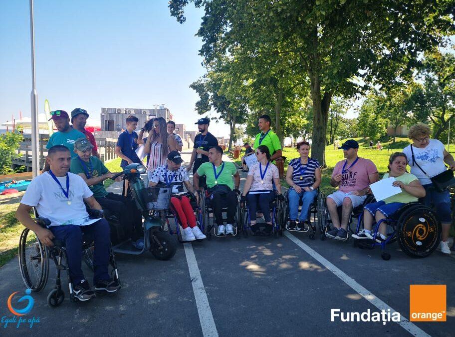"""Egali pe apă"""" face posibilă incluziunea socială a persoanelor cu dizabilități prin accesul la sporturi nautice"""